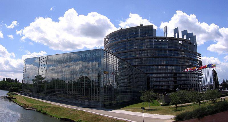 800px-Europaeisches_parlament_strassburg_mit_flaggen