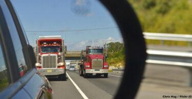 LKW im Rückspiegel