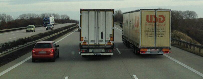 LKW überholen sich auf der Autobahn