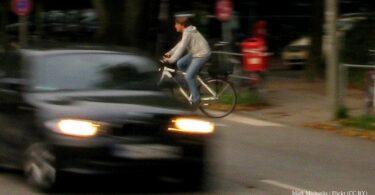 Auto und Radfahrer