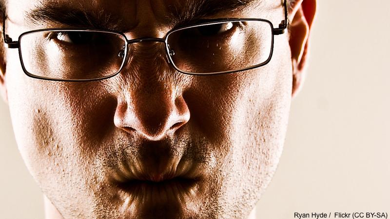 Wütend schauender Mann