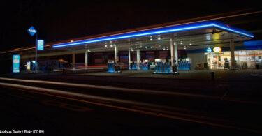 Tankstelle bei Nacht