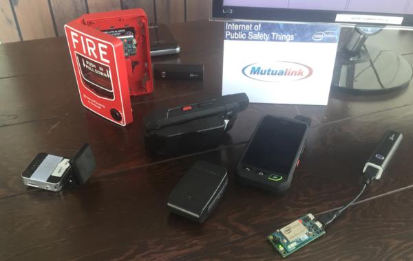 Intel® Edison Modul in einem Feueralarm als Beispiel des Internet of Public Safety Things (IoPST*), präsentiert auf der Maker Faire New York, 2015.