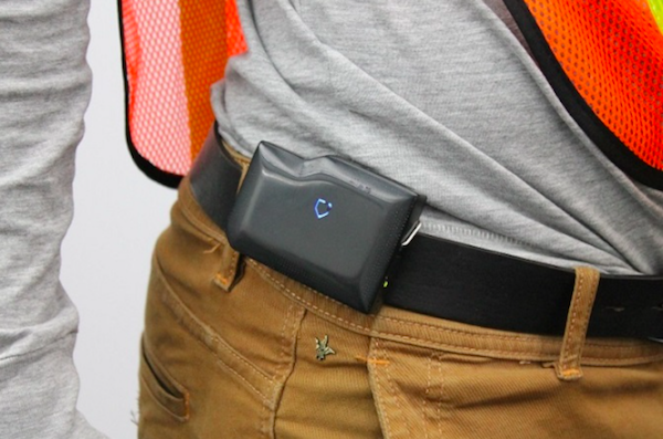 Das in sich geschlossene Gerät von KINETIC umfasst Sensoren und ein Intel® Edison Compute Module, das am Gürtel eines Arbeiters angebracht wird.