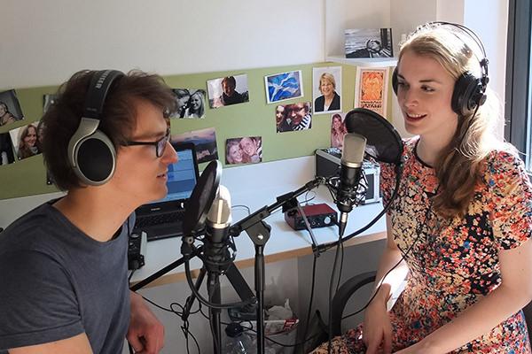 Dennis Schulz und Annika Brockschmidt vom Wissenschaftspodcast Science Pie
