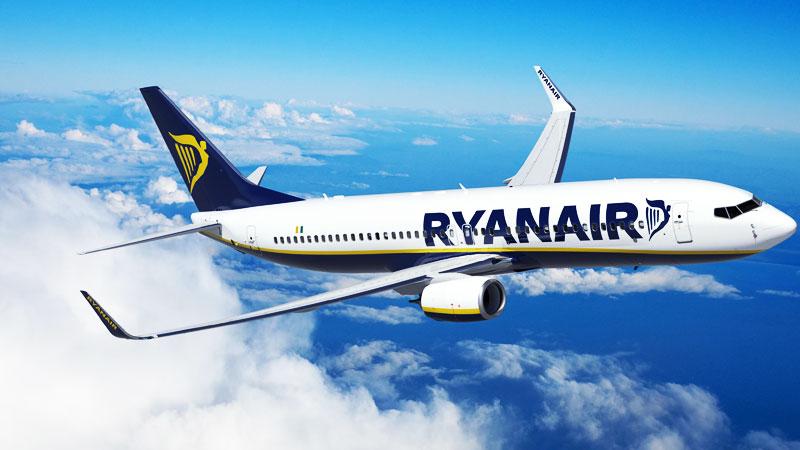 Flugzeug von Ryanair in der Luft