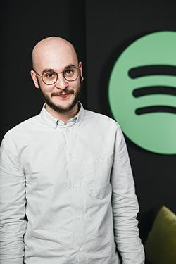 """Daniel Nikolaou ist bei Spotify für Podcast-Partnerschaften und Entwicklung zuständig, auch er ist Mitglied in der """"Call for Podcast""""-Jury."""