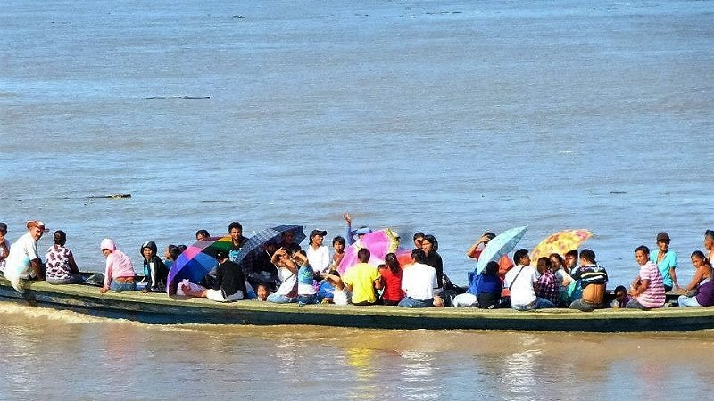 Menschen in Booten: Das wohl häufigste Bild auf dem Amazonas
