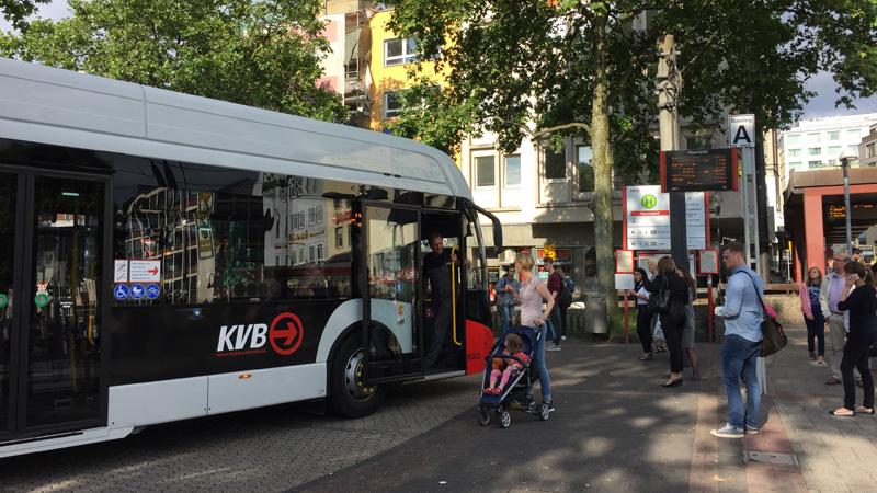 Der E-Bus am Heumarkt in der Kölner Innenstadt. Bild: Stephan Anemüller/KVB