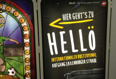 Werbeanzeige von Hellö am Wiener Hauptbahnhof
