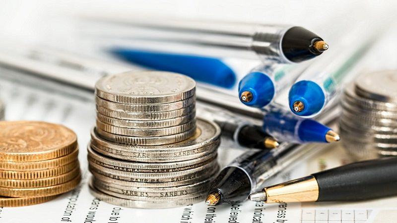 Münzen, Geld, Kugelschreiber, Erträge. Gewinn