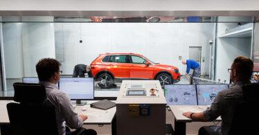 Windkanal-Effizienz-Zentrum: Einrichten eines Tiguan im Thermofunktionskanal (Foto: Volkswagen AG)