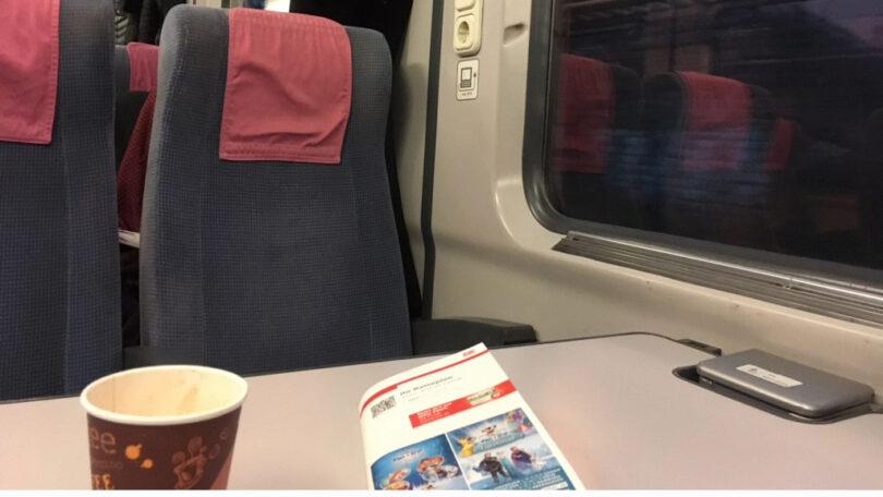 Stillleben mit Reiseplan und Kaffee, so tausendfach zu erleben in deutschen Zügen (Bild: Ekki Kern)