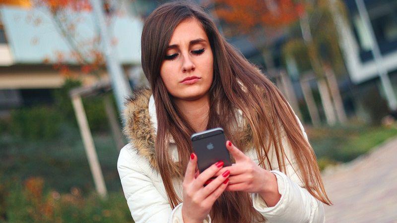 Smartphone, junge Frau