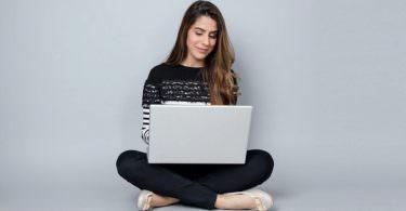 Frau vor Laptop, Glück, glücklich, lächeln, Marketer