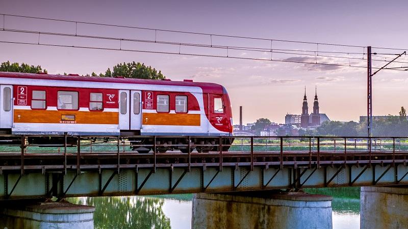 Zug Stadt Brücke