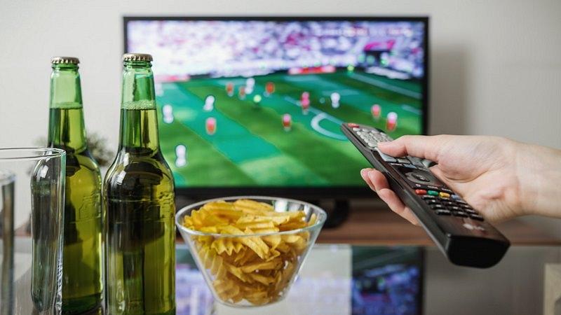 Smart TV, Fernseher, Fernsehen, Streaming, Bier, Chips, Programm