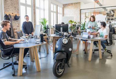 Unu Büro Berlin Kreuzberg E-Roller und Mitarbeiter