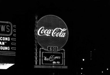 Coca-Cola Logo, Neonschild schwarz weiß, MArkenrecht