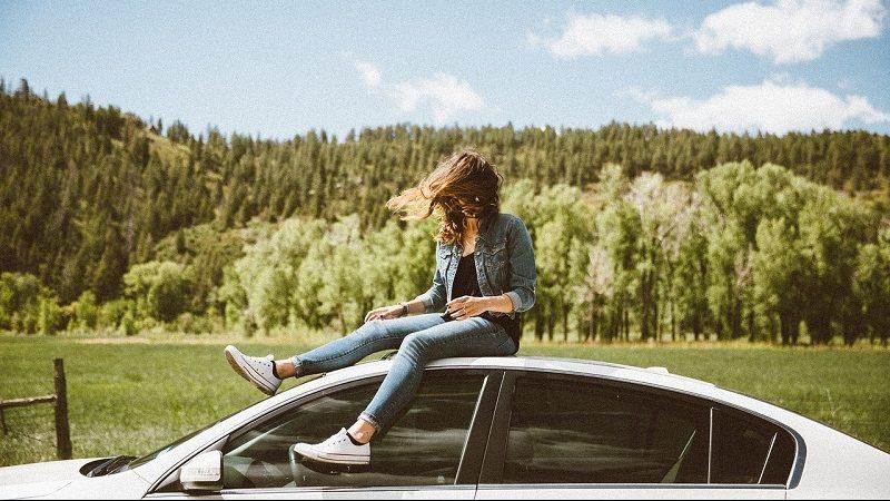 Frau Auto Landschaft
