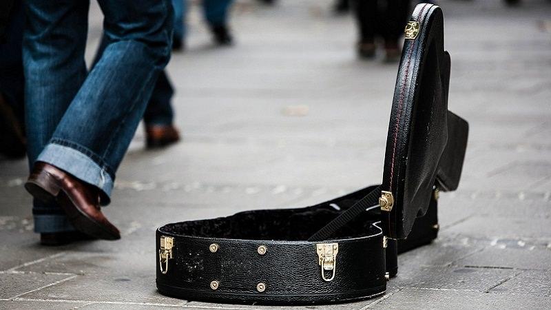 Gitarrenkasten, Gitarre, Bettler, Musiker, Spende, Spenden, Spendensticker
