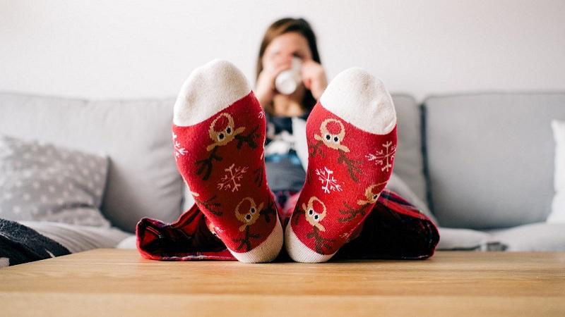 Füße, Socken, Weihnachtssocken, Sofa, Wohnzimmer, Amazon Prime im März