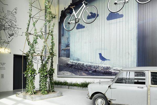 25Hours Hotel Bikini Berlin Rezeption Trabbi mit Fahrrädern