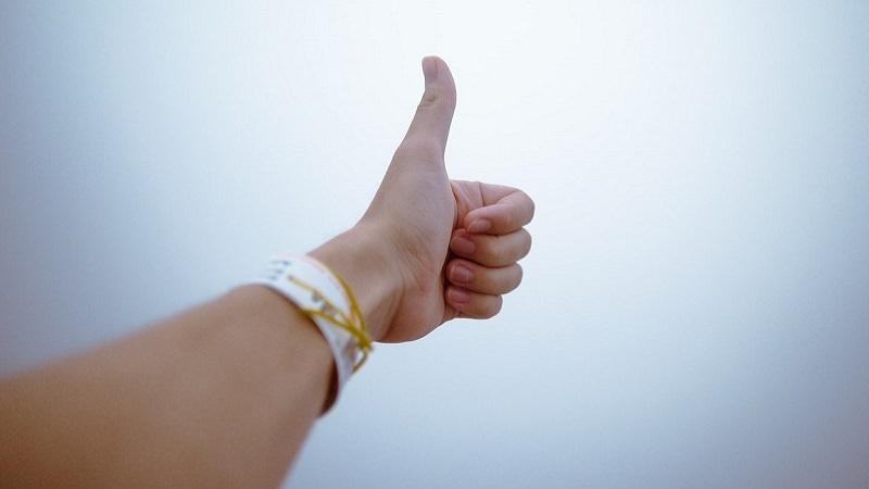 Daumen hoch, Thumbs up, Gefällt mir, Lob, Feedback, Amazon-Bewertungen