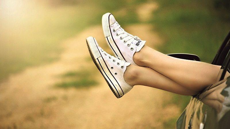 Entspannen Füße aus dem Autofenster baumeln lassen