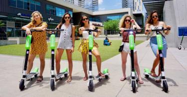 Frauen auf Lime Scootern in der Stadt