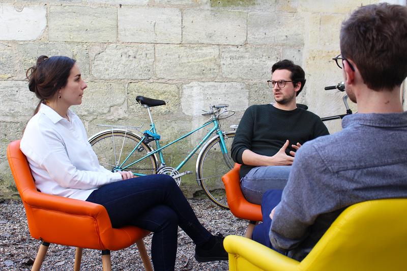 Mitarbeiter Gespräch Sessel Fahrrad