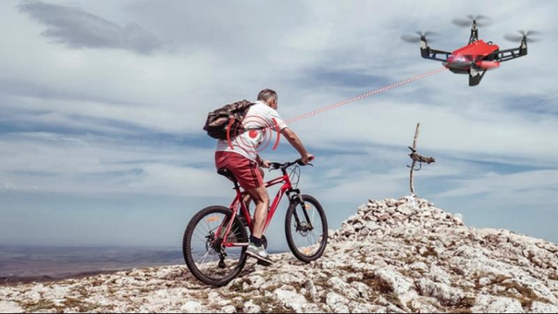 Udrone Fahrradfahrer steuert Drohne beim Fahren mit Gehirn