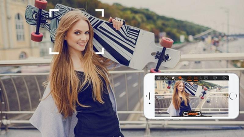 Udrone Frau mit Skateboard beim Posieren für ein Foto
