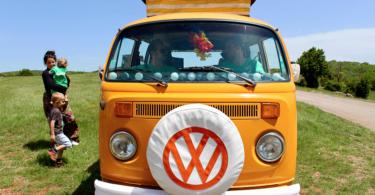 VW Bus Landschaft Mitarbeiter und Kinder