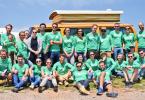 Yescapa Team mit Wohnwagen im Hintergrund