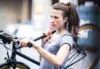 Frau mit Smart Bike in der Stadt