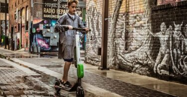 Junge auf Lime Scooter USA Straße