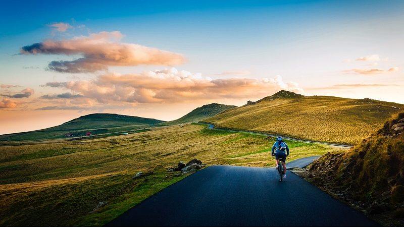 Fahrradfahrer auf Straße mit Landschaft