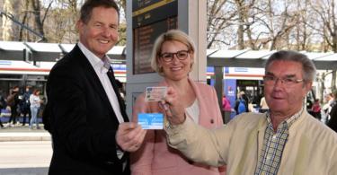 Senioren tauschen Führerschein gegen Fahrkarten in Augsburg