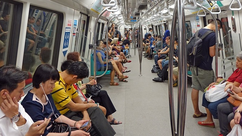 Menschen in U-Bahn Pendler ÖPNV