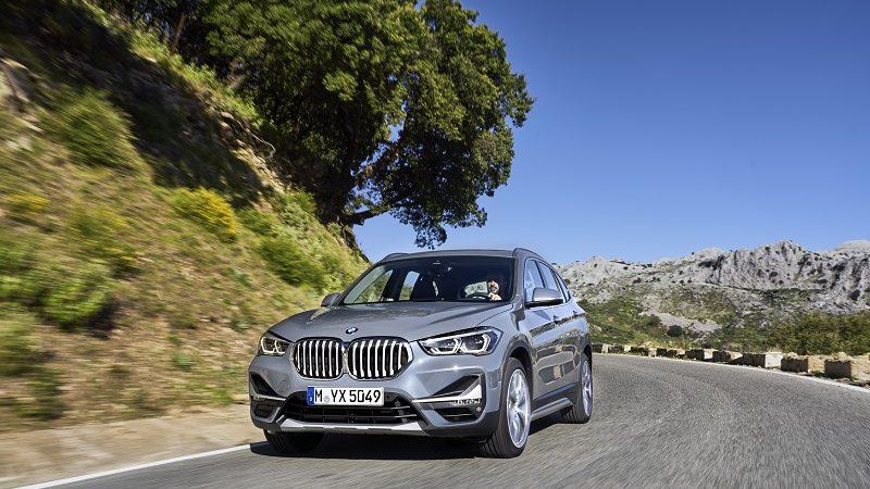 BMW X1 auf Straße mit Landschaft