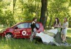 Greenwheels Carsharing Kampagnenfoto Gruppe von Frauen beim Picknick mit Auto im Hintergrund