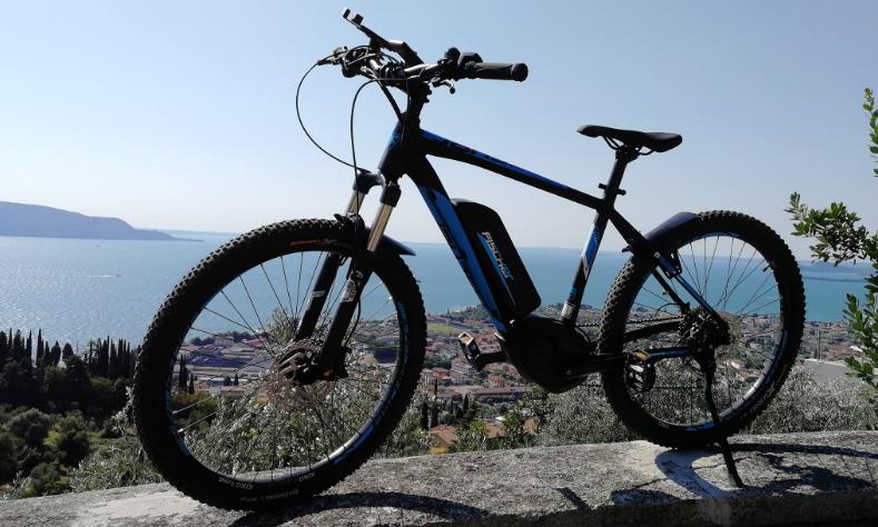 E-Bike von Fischer mit See im Hintergrund