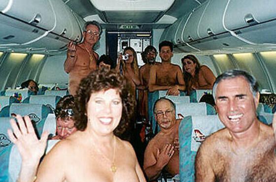 Nackte Passagiere im Flugzeug der FKK Fluglinie Ossiurlaub.de