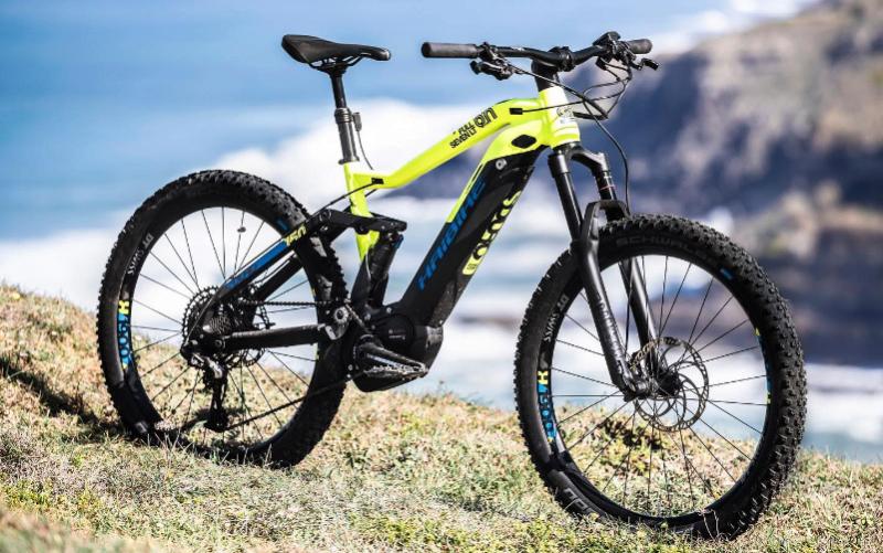 Haibike E-Bike mit Landschaft im Hintergrund