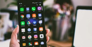 Hand hält Smartphone mit Apps