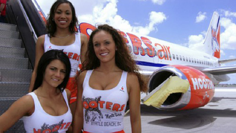 Hooters Air Flugzeug mit Hooters-Girls