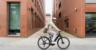 Kalkhoff E-Bike Mann in urbanem Setting