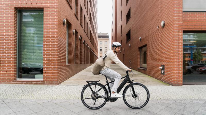Kalkhoff E-Bike Mann in urbanem Setting