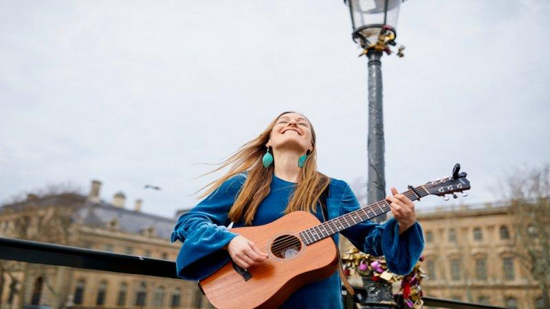 Musik, Reisen, Fliegen, singende Flugbegleiterin